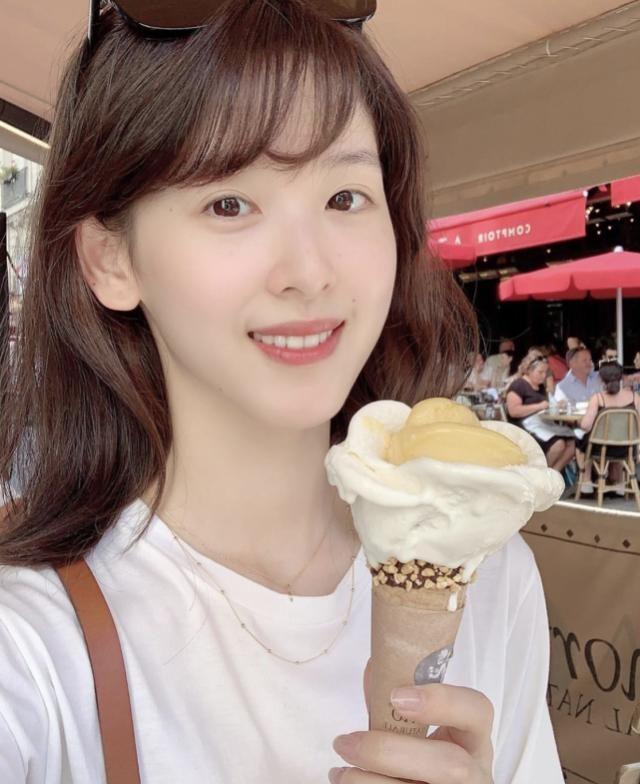 章泽天时隔一年ins首发声?剑桥吃冰淇淋晒自拍,妥妥的美女学霸