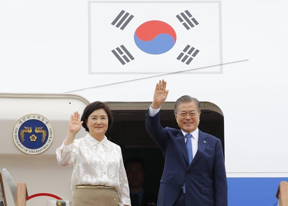 韩国第一夫人访问泰国!64岁金正淑衬衫配半裙,实力演绎东方美