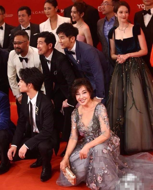 刘晓庆穿碎花裙被吐槽,60多岁还不承认老,一脸的皱纹了!