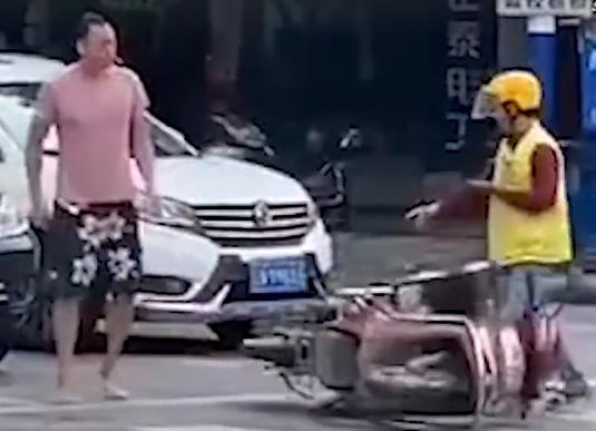 """""""打你怎么了""""!等红灯未及时让道,外卖小哥被司机开车顶着跑"""