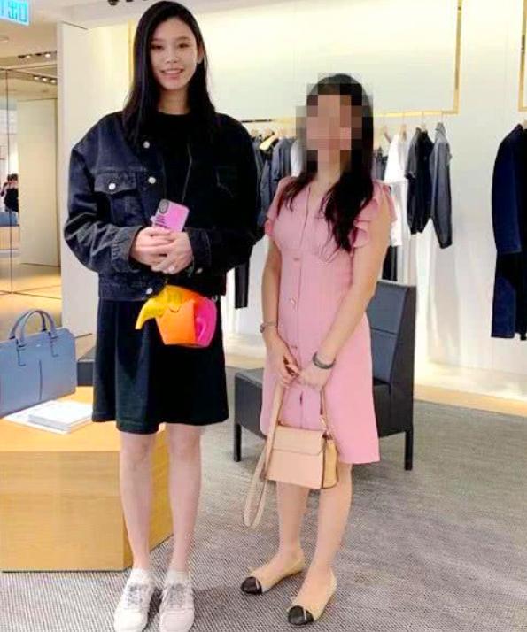 奚夢瑤被傳懷孕后踩超細高跟鞋工作,小腹平坦狀態佳完全不像孕婦