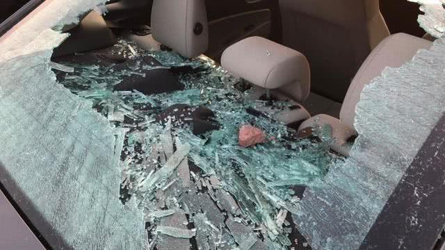 流浪汉砸坏20辆汽车,指责特朗普欠钱不还:他欠我1万亿美元