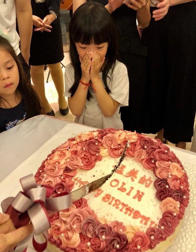 蔡依林出道20年迎39岁生日,姐姐晒庆生照,与家人好友合影很温馨