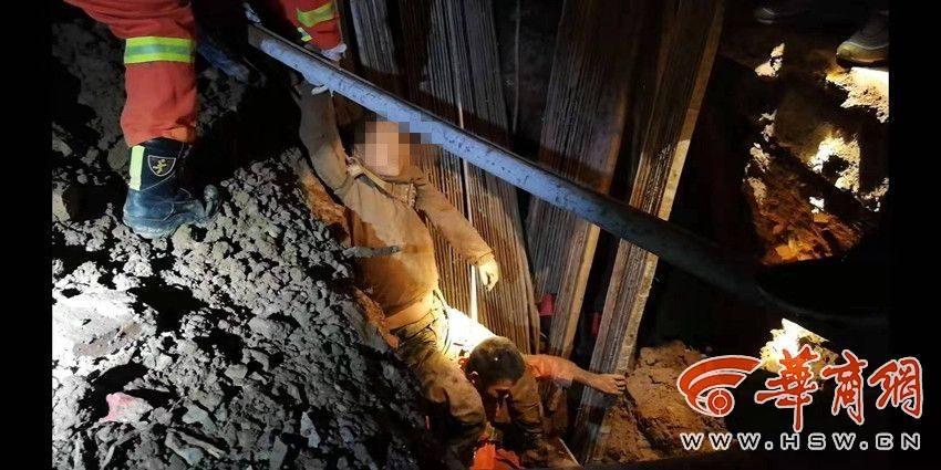 在建工地塌方男子被埋5米深坑 陜西寶雞消防徒手挖土救人