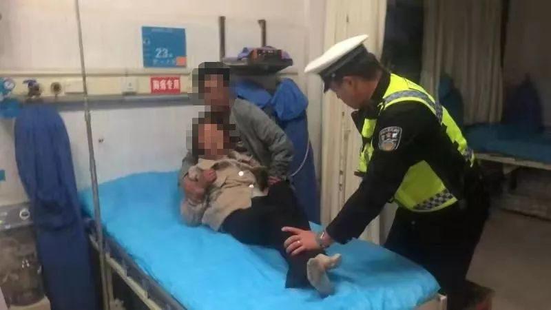夜間巡邏接求助 交警3分鐘救助病人到醫院