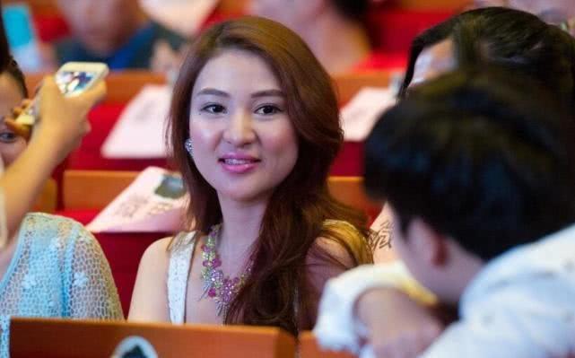 网红郭美美出狱后晒自拍照,参加访谈节目录制,样貌气质变化很大