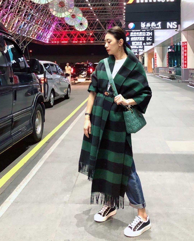 贾静雯出发巴黎时装周,围巾当大衣穿格外洋气,浓妆难掩45岁疲态