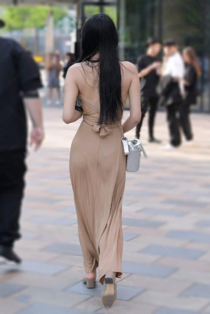 """街拍:美丽大方的小姐姐街头演绎""""背影时尚"""",独具优雅的气场"""
