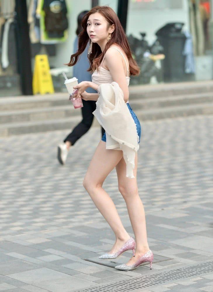 """街拍美女:白皙女孩的清爽穿搭,自信上街走路自带""""仙气"""""""