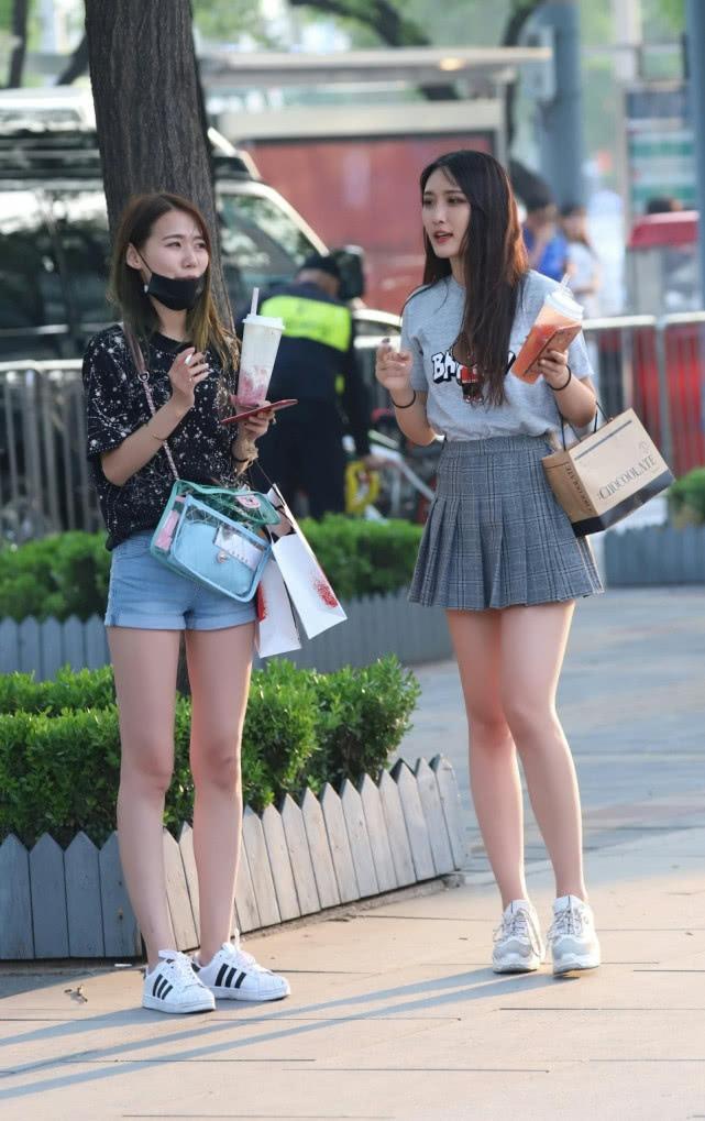 街拍美女:穿着格子裙的长腿美女,清纯又时尚!