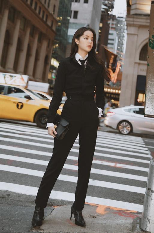 歐陽娜娜現身巴黎,拼色皮衣搭一身黑又甜又酷,三千塊的發夾潮爆了