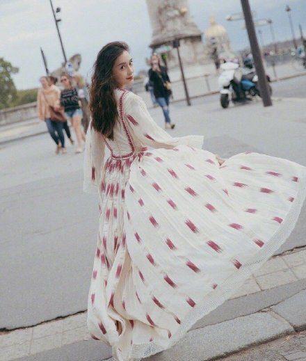 30岁Angelababy出席时装周,长裙配花苞头少女感十足