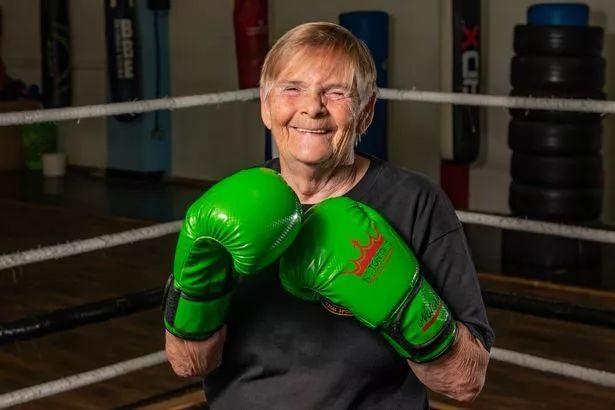 酷!英国一76岁老人练拳击