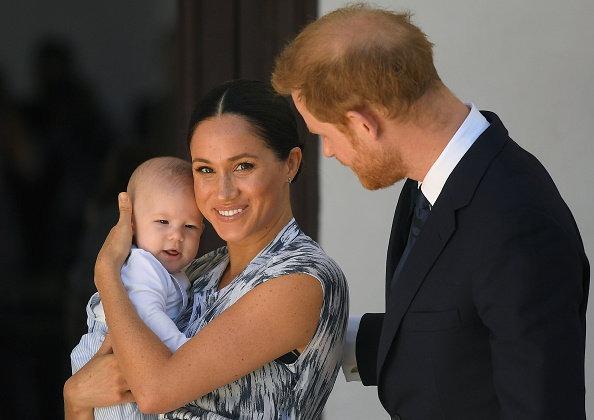 阿奇小王子正面照曝光!皮肤真比哈里王子还白,穿背带裤超萌