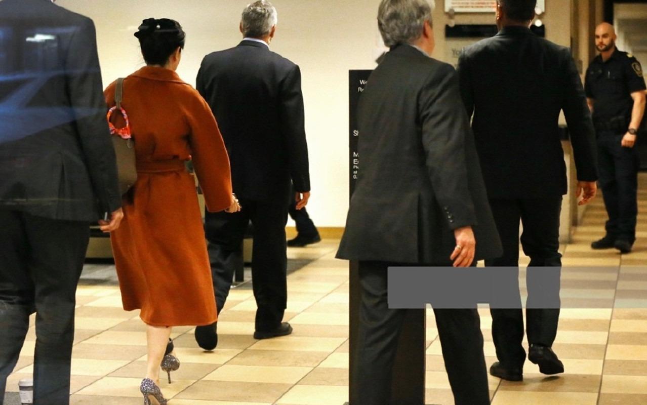 孟晚舟再出庭,穿焦糖色大衣展现东方女性优雅从容,气质远胜女星