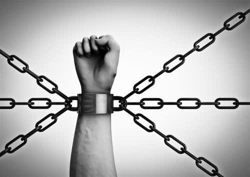 尼日利亚警方突袭大楼,发现500名男子被铁链锁着囚禁多年