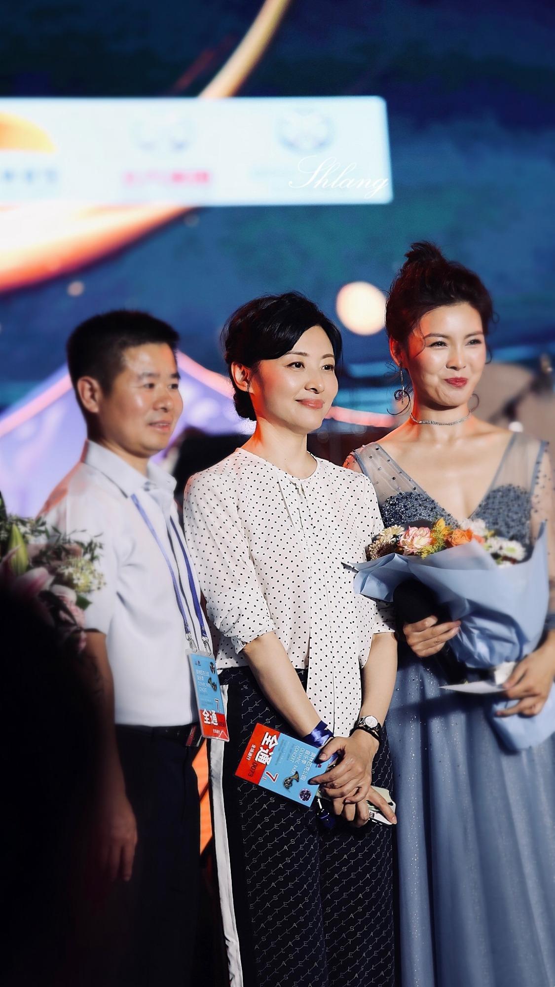 周涛现身70周年国庆彩排,霸气红裙配驴蹄鞋,51岁的腰细得不真实