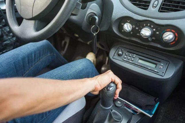 别再买手动挡是为了开车乐趣当借口了,女车主撕开最后一层遮羞布