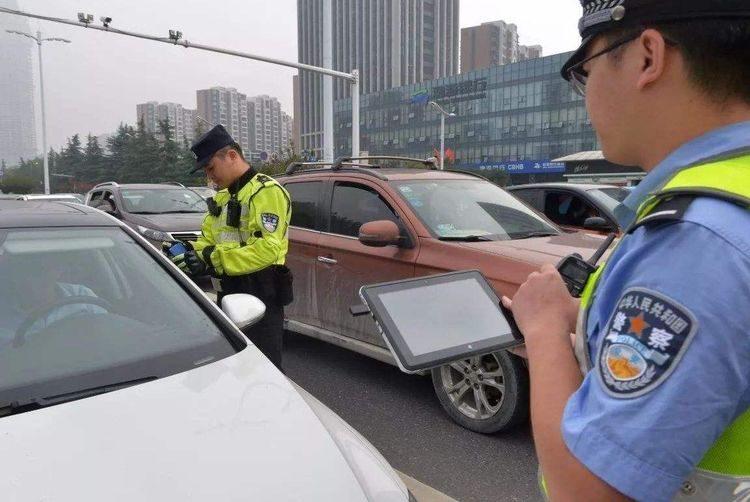为什么交警查车时会先摸车尾?老司机:很多新手都不清楚,别大意