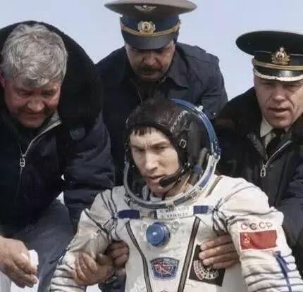 史上最惨宇航员:被送上天后不久国家解体了,他在太空飘了311天