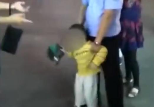 心真大啊!爸爸没在意妈妈看手机,关门瞬间3岁男童独自下了高铁