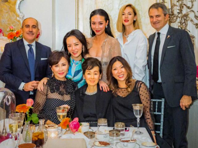 章泽天现身名流晚宴享受贵妇生活,与刘嘉玲同框比美显得很稚嫩