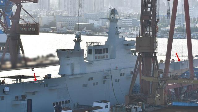 075两栖攻击舰,侧面平台是垂发装置?实际用途大相径庭