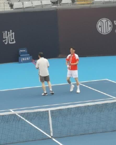 胡歌靳东相约看网球比赛,两人看球姿势罕见又可爱,萌化网友