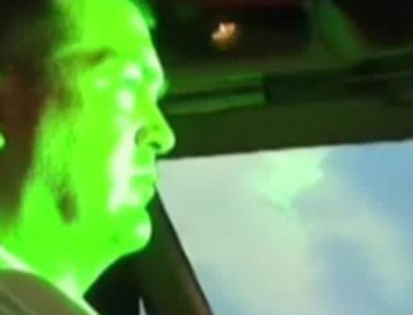 男子闲来无事拿激光笔照射客机,结果被判入狱32个月