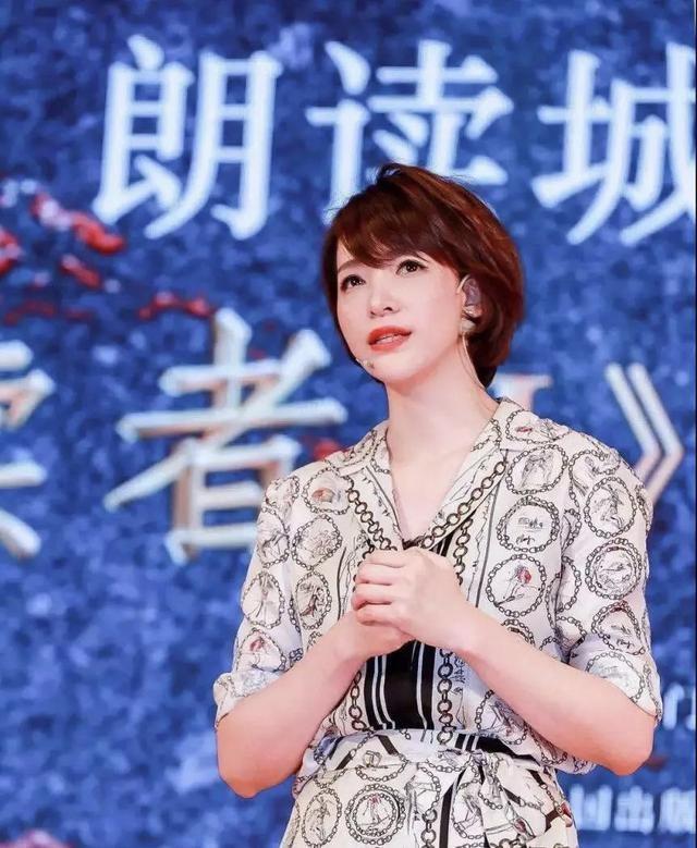 董卿70周年晚會穿仙女白上演絕美背影殺,和周濤中國紅難分高低