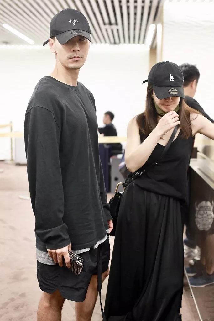 陈紫函罕见携夫走机场,44岁无惧秀素颜超美,比小9岁老公还年轻