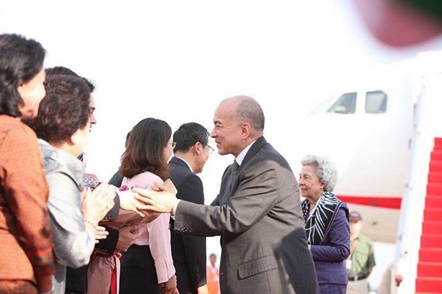 在中國休養一個多月的83歲柬埔寨太后回國!紫裙配花圍巾高貴極了