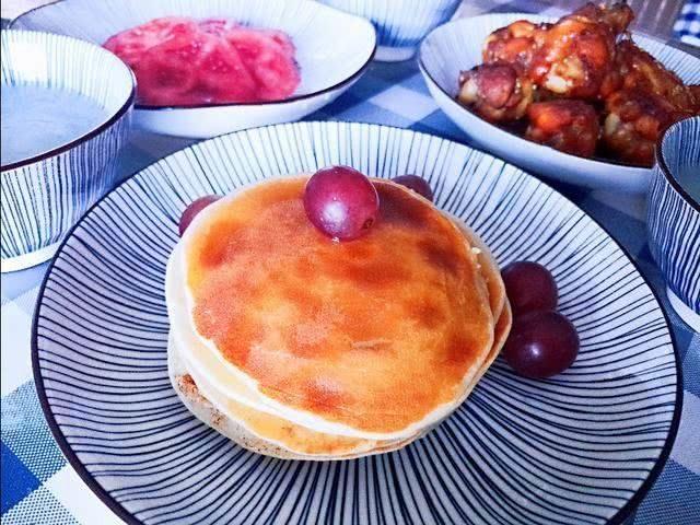 美好一天從早餐開始,香蕉鬆餅和烤雞翅根,這樣的早餐來一份如何