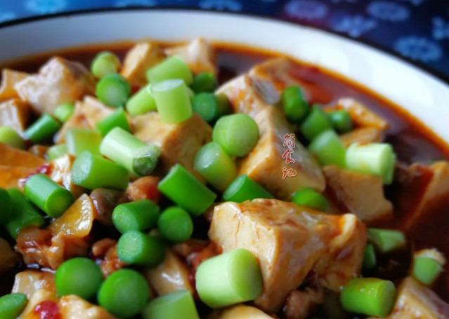 做麻婆豆腐時,直接焯水是不對的!多加1步,豆腐更入味,還不碎
