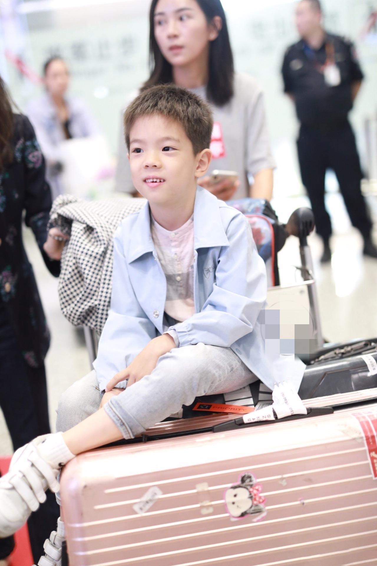 霍思燕印花西裝配紅唇走機場似霸總,6歲嗯哼一身藍變儒雅貴公子