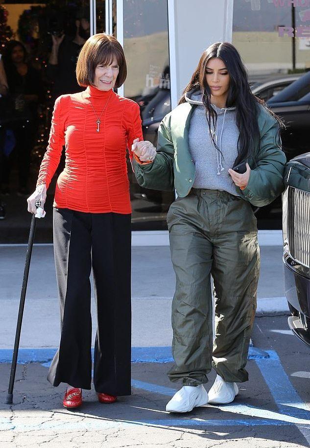 金卡戴珊和84岁外婆出街!外婆穿紧身红衣太年轻时髦,基因果然好