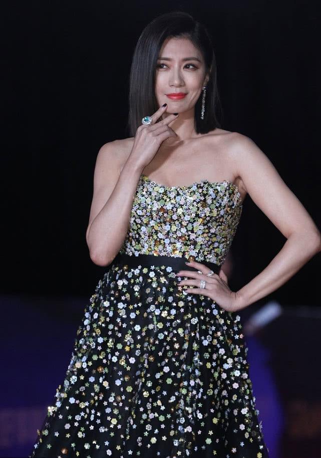 賈靜雯出道29年終封后,黑西裝比碎花抹胸裙更美,紅唇太亮眼