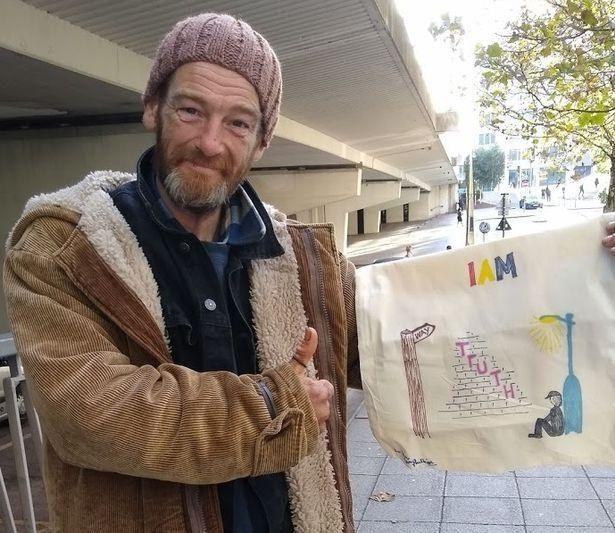 畫畫改變人生,英國流浪漢手繪包走俏,有人20倍價錢網上轉手