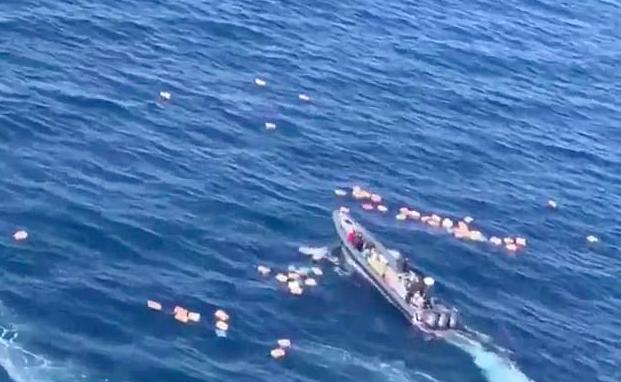 西班牙警方追捕毒販,不幸墜入大海,結果反被毒販救起