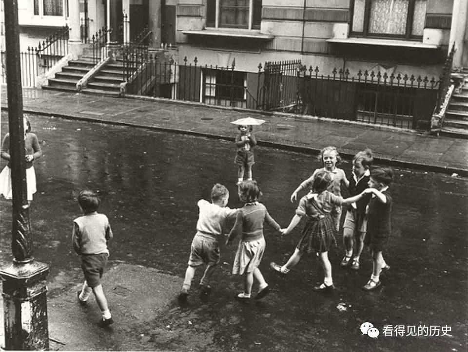 50年代的英國倫敦  街頭踢球的小孩 還能看到戰爭痕跡