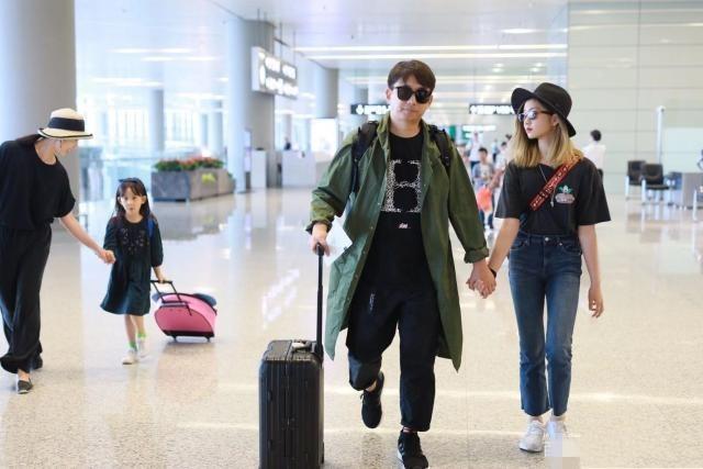 黄磊现身机场独宠女儿,13多多染金发变韩国女爱豆,比妹红唇抢镜