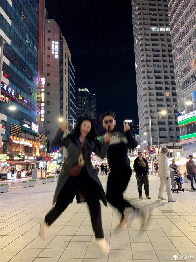 雷佳音姚晨韓國獲獎,頒獎典禮后大街上合影,開心到飛起