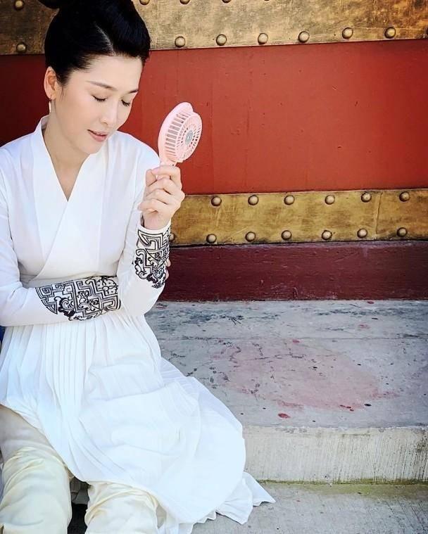 不是親生女卻受TVB力捧 內地拍古裝劇頭暈嘔吐老公急陪她返港求醫