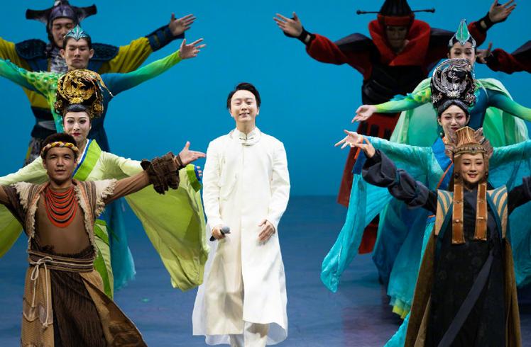 41歲李玉剛舞臺劇新裝扮,芙蓉玉面亮相,受海外觀眾捧場!