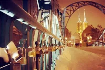 """巴黎塞納河上的""""愛情橋""""每年是吸引各國情侶的必看之處"""