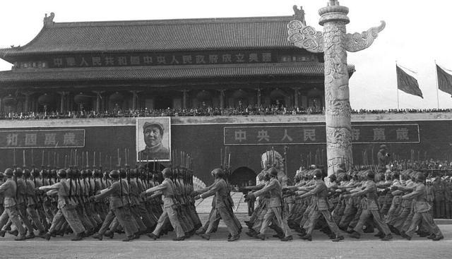 1949年開國大典閱兵式上的解放軍受閱部隊,為什么不走正步?