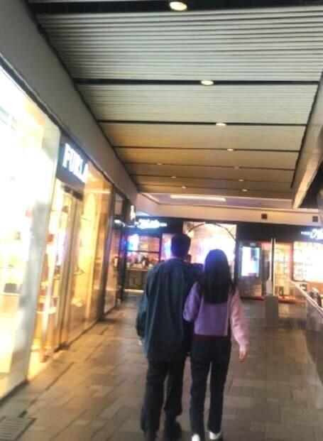 杜江霍思燕撇下嗯哼過二人世界,恩愛牽手看電影,似熱戀中的情侶