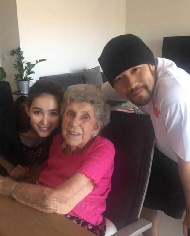 昆凌携周杰伦为奶奶庆祝90大寿,老太太颜值超高不输好莱坞女星