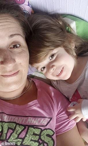 入住泳池漂粪便的土耳其酒店后全家病倒,女童感染疾病不治身亡