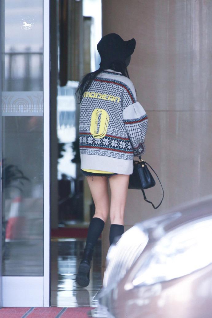 杨幂的仙女腿真是过分,戴着渔夫帽和口罩还被认出来,辨识度太高